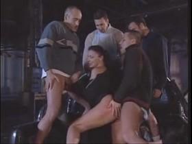 Italiana safada fazendo um grupal no beco